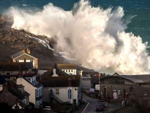 Des vents violents et de fortes vagues ont frappé hier le front de mer à Sennen Cove (Royaume-Uni).